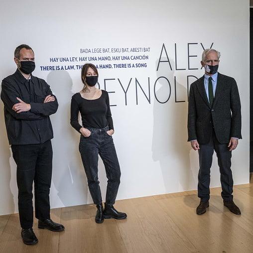 Manuel Cirauqui, curator; Alex Reynols, artist ana Juan Ignacio Vidarte, Director General of the Guggenheim Museum Bilbao ©FMGB, Guggenheim Bilbao Museoa, Bilbao 2021 for 360 Magazine
